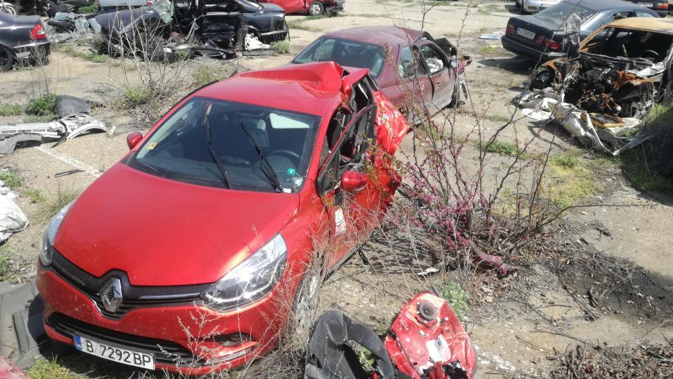 """- Малко дете и родителите му загинаха след катастрофа на магистрала """"Тракия"""", близо до Нова Загора. По първоначални данни лекият автомобил """"Рено"""" със..."""