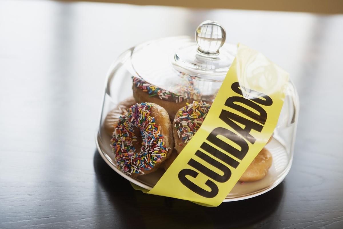 Забраняването на храни. Това не само, че има обратен ефект, но и действа зле на психиката. Няма нищо лошо от време на време да хапнете малко шоколад или сладолед.