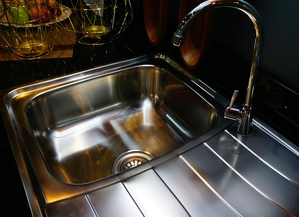 Цедката на мивката е едно от най-мръсните места във всяка къща. Винаги я мийте отделно, след като приключите с миенето на съдовете.