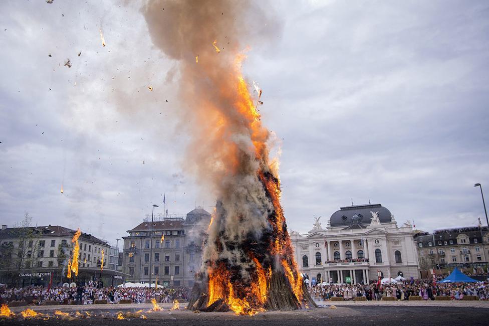 - Краят на зимата се отбелязва с традиционен фестивал - парад и изгаряне на Боеог - символичен снежен човек, в 18 часа на площад Sechselaeuten в Цюрих...