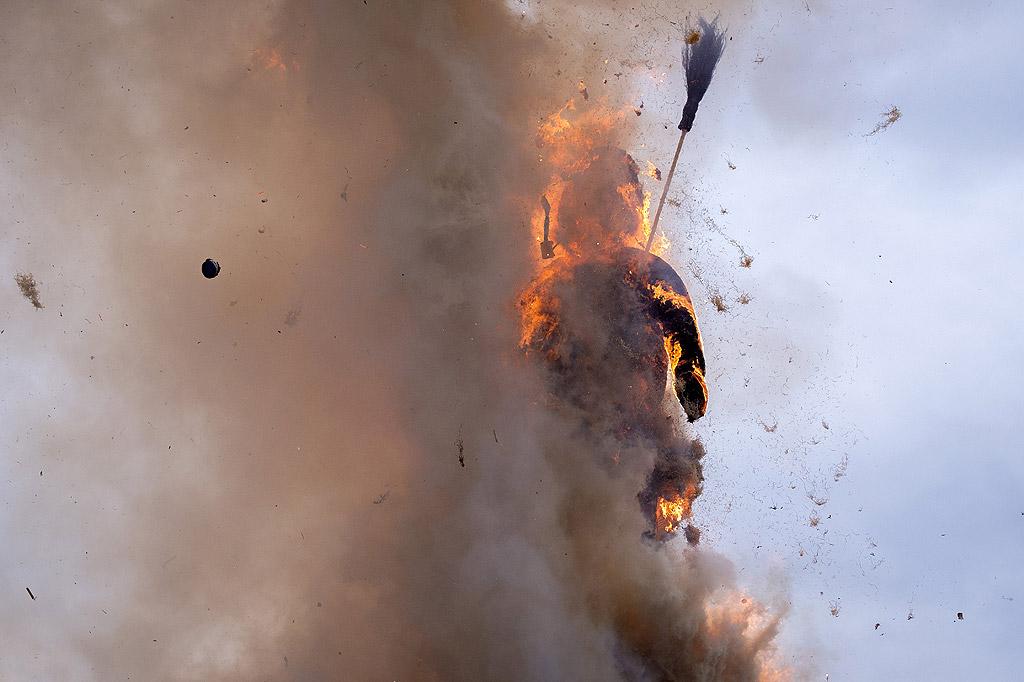 Краят на зимата се отбелязва с традиционен фестивал - парад и изгаряне на Боеог - символичен снежен човек, в 18 часа на площад Sechselaeuten в Цюрих, Швейцария. Колкото по-бързо изгори Боеоег, толкова по-горещо ще бъде лятото според традиционните вярвания за времето. След изгарянето жарта от кладата се използва за печене на вурстове и наденици