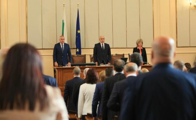 Новата пленарна сесия започна с нционалния химн
