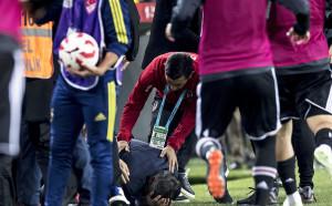 Батални сцени и счупена глава на треньор прекратиха дербито на Истанбул