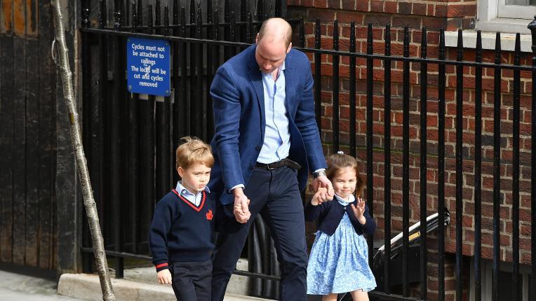 Сияещият татко принц Уилям води малките Шарлот и Джордж на посещение при Кейт и бебето