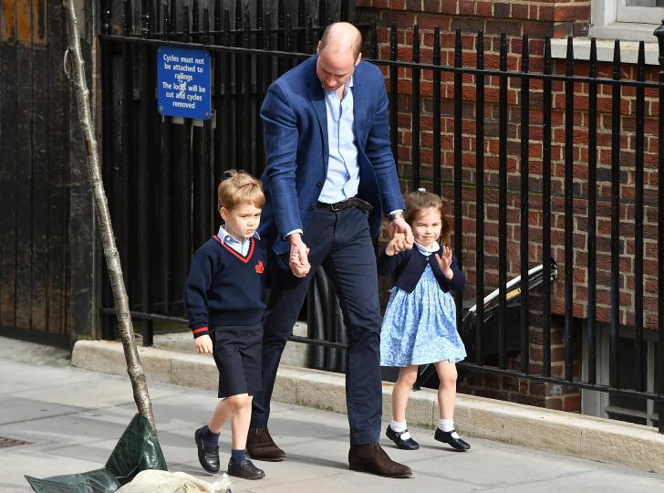 <p><strong>След като мама Кейт роди третото си дете, дойде време и малките (или вече не толкова малки всъщност) батко и кака на бебето да се запознаят с него.&nbsp;</strong></p>  <p>Принц Уилям доведе принцеса Шарлот и принц Джордж на посещение при мама и бебето в болница Св. Мери, където часове по-рано Кейт даде живот на петия наследник на кралския трон (след принц Чарлз, принц Уилям, принц Джордж и принцеса Шарлот).&nbsp;</p>  <p><strong>Уилям изглеждаше изключително щастлив и като един горд татко беше хванал под ръка двете си по-големи деца.&nbsp;</strong></p>