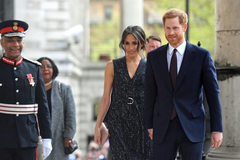 <p><strong>Принц Хари и бъдещата му съпруга Меган Маркъл пристигнаха в болница Св. Мери само няколко часа след щастливото събитие.&nbsp;</strong></p>  <p>Двамата се държаха за ръка и за секунда отнеха вниманието на медиите от появата на малкия принц.&nbsp;</p>  <p>Както винаги Меган беше блестяща и... влюбена. Погледът, с който гледа Хари, е всичко, за което един мъж си мечтае.</p>  <p><strong>Сватбата на влюбената двойка е след по-малко от месец - на 19-ти май.&nbsp;</strong></p>  <p>Следете Edna.bg, за да научите всички подробности първи!&nbsp;</p>