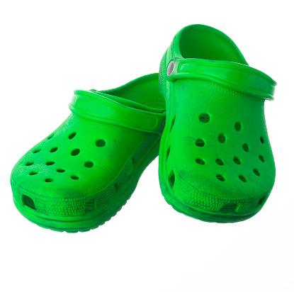 Забравете за крокс обувките. Ако сте на вилата или на плажа - да, но за градски условия този вид обувки, заедно със сандалите с чорап, трябва да бъдат забранени.