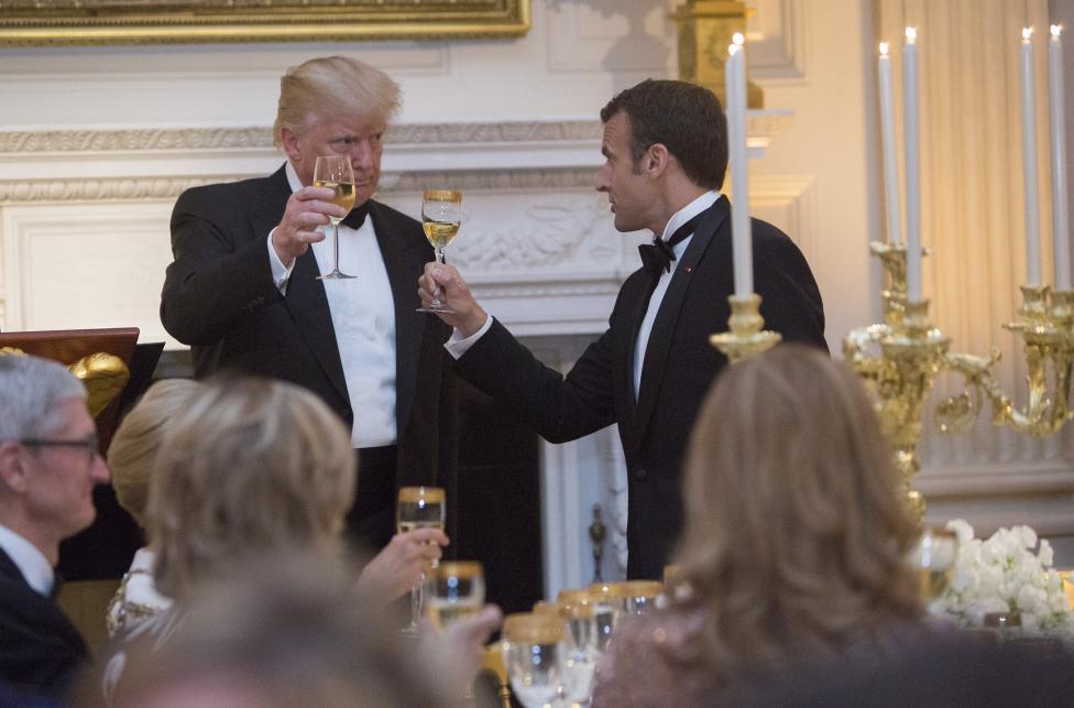- За кратко репортери бяха допуснати до залата, в която се проведе вечерята. Те бяха посрещнати от изящно подредени маси – златни чаши за вино, златни...