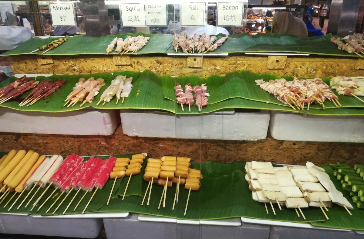 Паниран чай, захаросани нудли, пържен банан и джинджифил...много джинджифил под всякакви форми - това са само част от гозбите, с които ще ви посрещнат в Тайланд. Най-характерната черта на азиатската кухня е лютото. Пържено за закуска, люто за обяд и от двете по много за вечеря. Дали в супата, соса към скаридите или рибата, червеното къри задължително присъства на масата, нещо подобно на солта и черния пипер, които са неразделна част от българската трапеза. Вижте някои характерни за азиатската страна храни в галерията ни.
