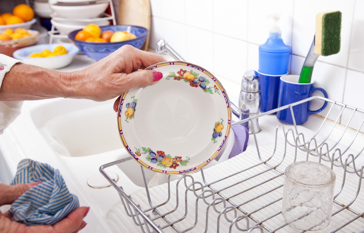 5. Съдовете се измиват веднага след хранене - железно правило на хората с чисти и подредени кухни: никакви чинии в мивката. Всички съдове, чаши и прибори се измиват веднага след вечеря, а не на следващата сутрин. Ако имате миялна, не си мислете, че щом сте прибрали мръсните съдове там сте свършили цялата работа. Чиниите се вадят и подреждат от машината веднага след като ги е измила.