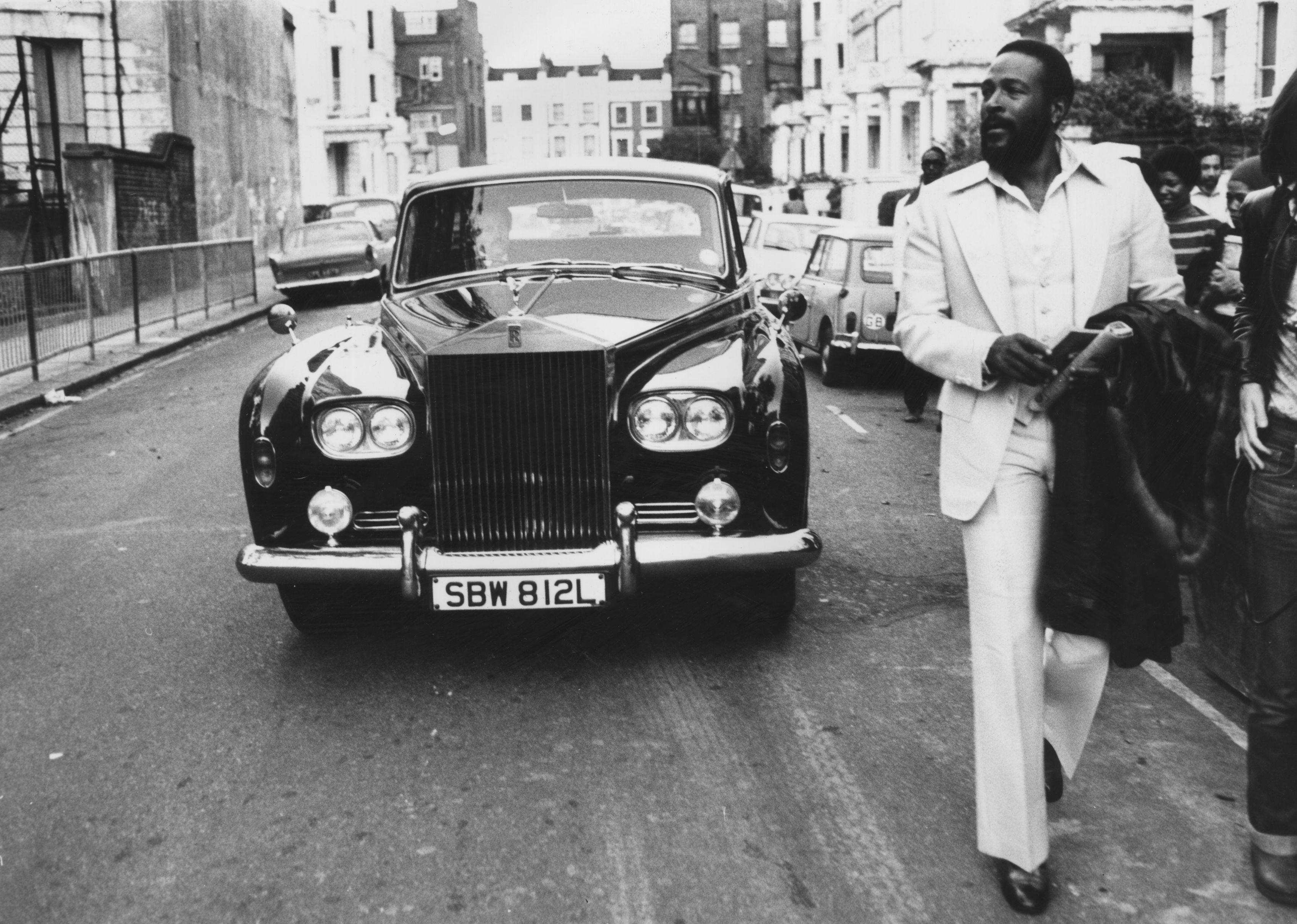 """Марвин Гейе смятан е за един от най-добрите певци на своето време.През 70-те години Гей записва няколко забележителни албума, сред които """"Let's Get It On"""" и """"I Want You"""", тогава се появяват и хитовете му всоул музиката.На 1 април 1984 г., ден преди да навърши 45, забележителният музикант е застрелян от баща си. Трагедията става в дома им в Лос Анджелис след жестока кавга между двамата."""