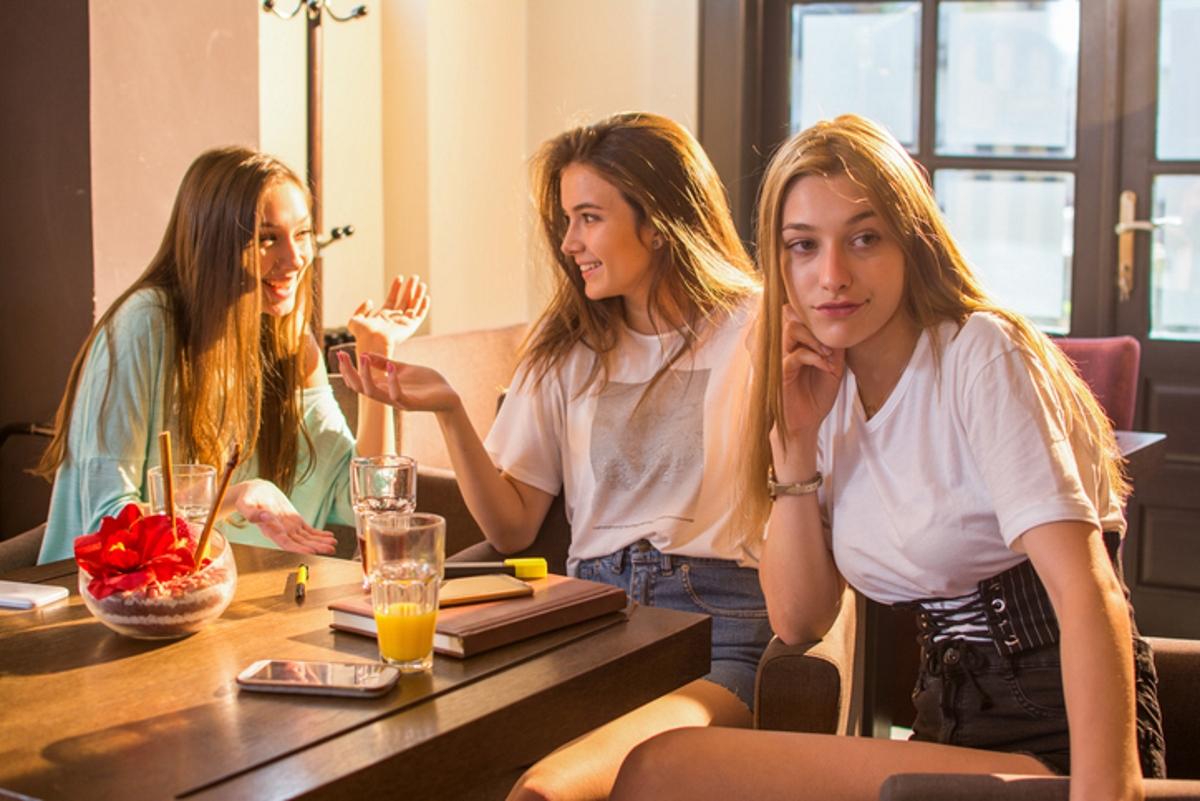 Когато приятелка има какво да сподели: никога не бива да се цупим, че не сме център на внимание.