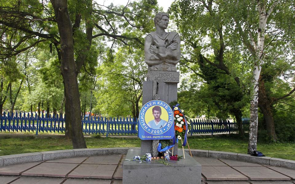 Левски поднесе венци и цветя на паметника на Георги Аспарухов