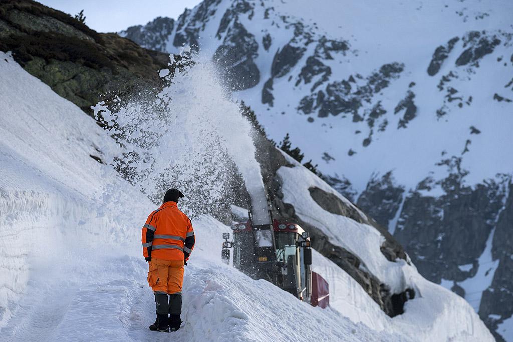 Почистване на снега от прохода Готард, Швейцария. Поради обилните снеговалежи тази зима, почистването ще отнеме шест до осем седмици. Прохода трябва да се отвори за движение до края на май