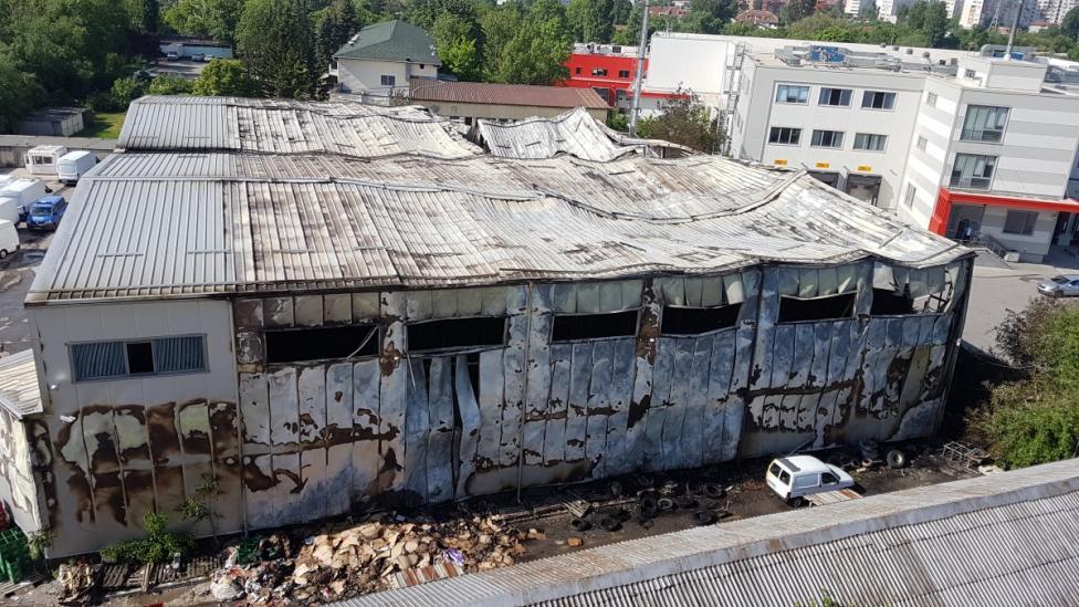 """- Почти 4 млн. лв. е стойността на изгорялата стока след пожара в склад на верига магазини за цигари, алкохол и хранителни стокина в кв. """"Красна..."""
