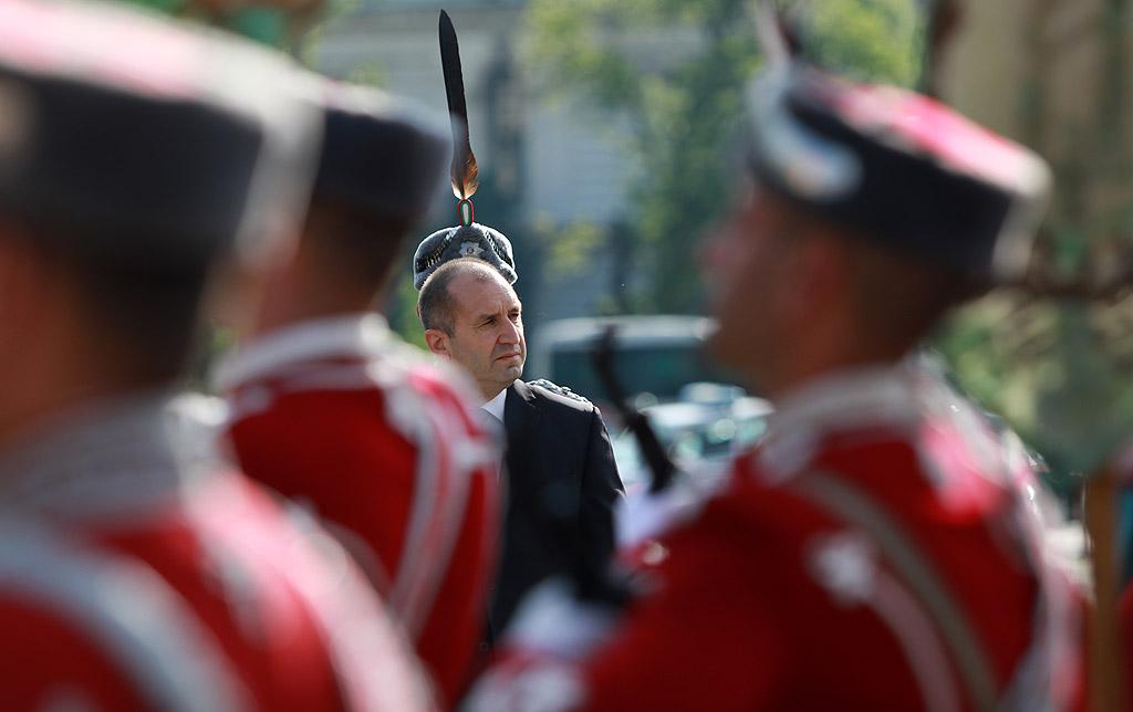 Почит пред загиналите български герои отдадоха президентът и главнокомандващ Въоръжените сили Румен Радев, вицепрезидентът Илияна Йотова, вицепремиерът и министър на отбраната Красимир Каракачанов.