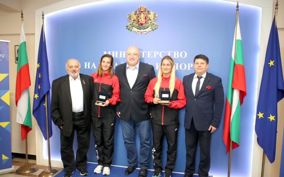 Министър Кралев награди Стефани и Габриела Стоеви с почетни плакети