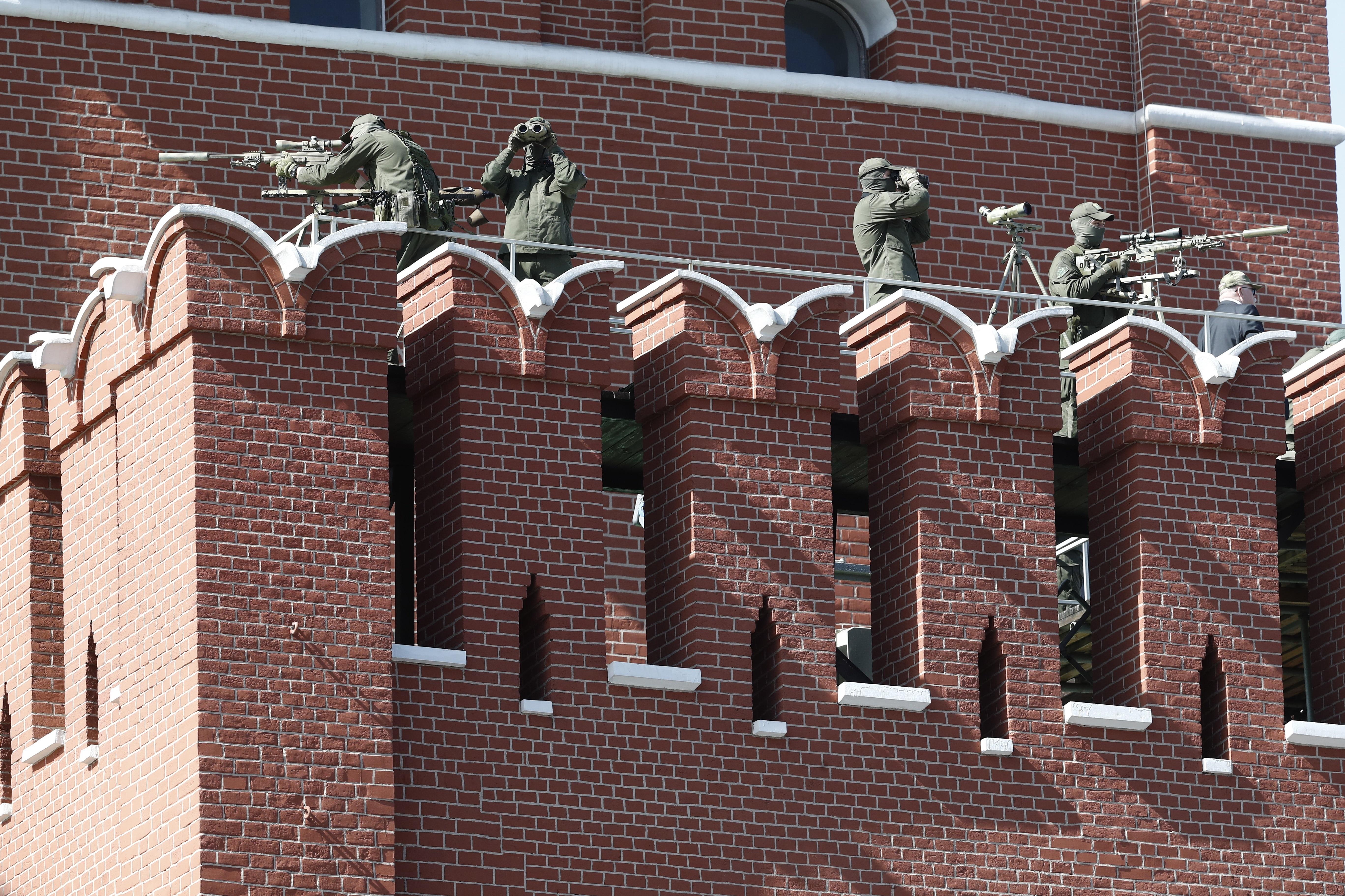 Снайперисти се грижат за сигурността по време на парада.