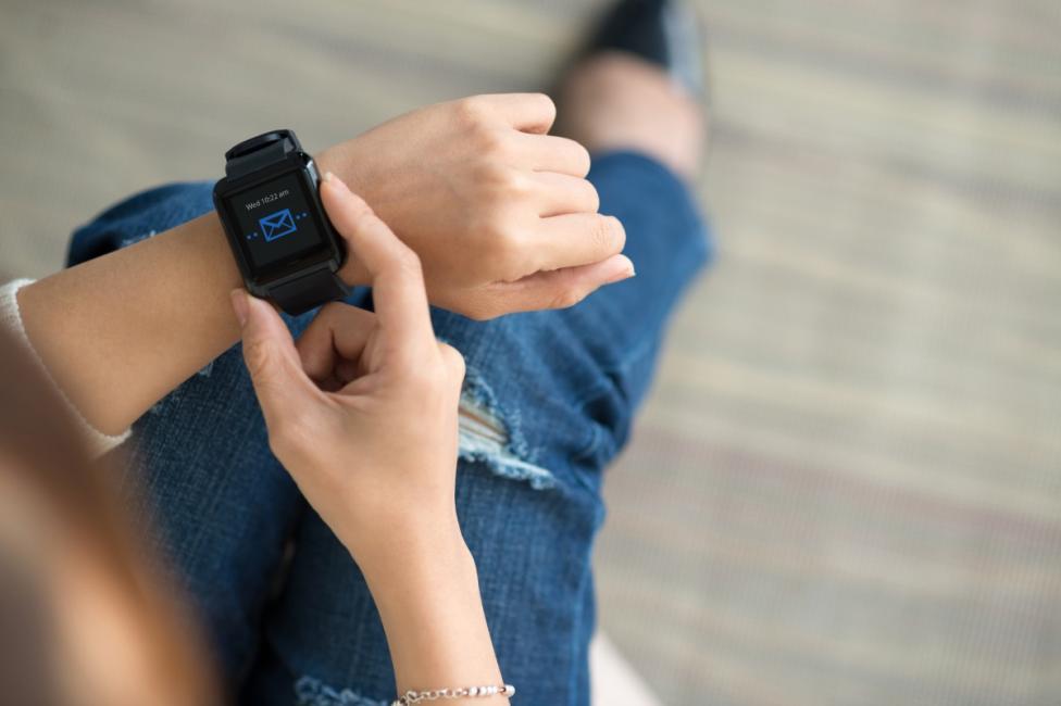 """- Смарт часовник - притежателят му държи постоянна връзка с имейл адреса си и телефона. Той със сигурност е на """"ти"""" с технологиите, модерен човек с..."""