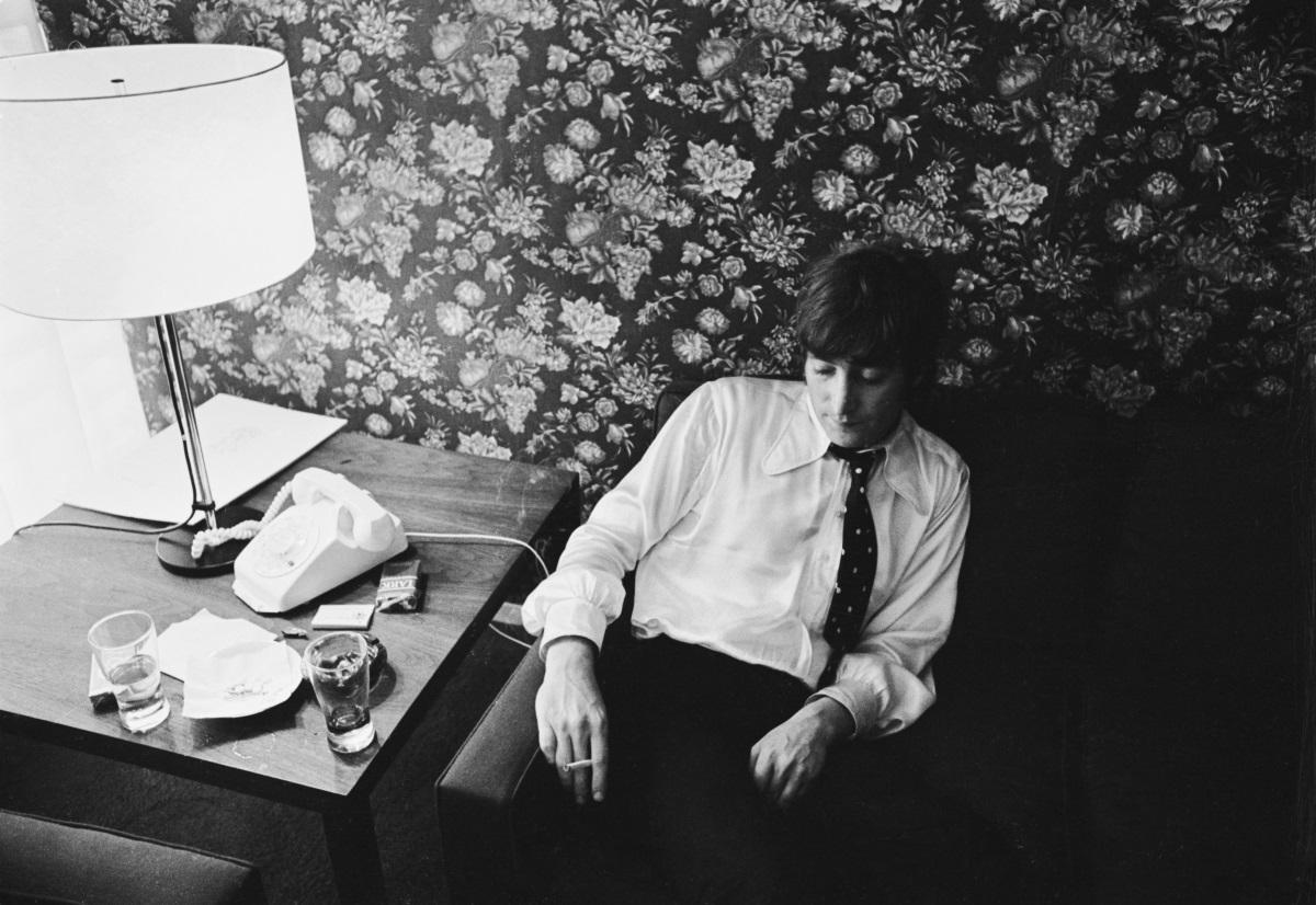 """4. Джон Ленън - на 8 декември 1980 г. вокалистът на """"Бийтълс"""" е застрелян пред дома си в Ню Йорк. Убиецът Марк Дейвид Чапман свидетелства, че е изчакал Джон да се прибере, пресрещнал го е на входа и го помолил за автограф, след което Ленън и съпругата му Йоко Оно отиват да се разходят в близкия парк. Чапман остава пред входа на апартамента и когато Джон се връща, Марк го застрелва 4 пъти в гърба. Стрелецът по-късно споделя, че убива Ленън, защото искал името му да бъде запомнено."""