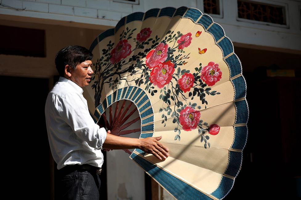 - Изработка на ветрила от изрисувана хартия в Чан Сон, известно традиционно занаятчийско село в област Thach That, на около 30 километра от Ханой...