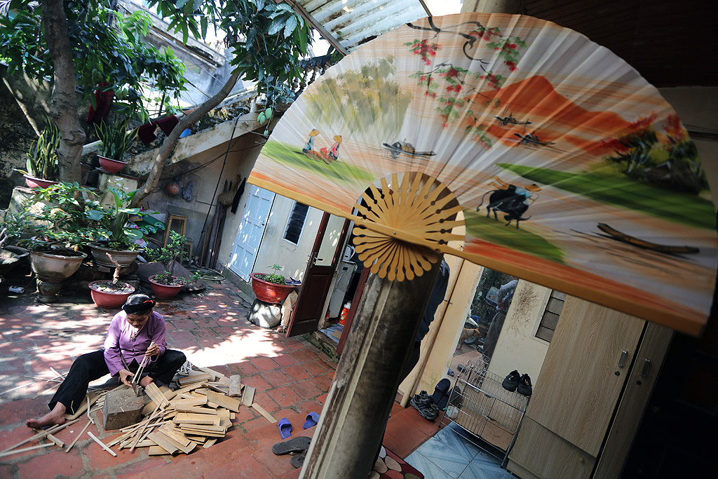 Изработка на ветрила от изрисувана хартия в Чан Сон, известно традиционно занаятчийско село в област Thach That, на около 30 километра от Ханой, Виетнам. Тук селяните  изработват ветрила от векове, техните произведения се изнасят на много пазари по света като Япония, Корея и някои страни от ЕС. Семейство Туан прави около 5 000 хартиени ветрила месечно, декоративни ветрила и гигантски сувенирни изделия.