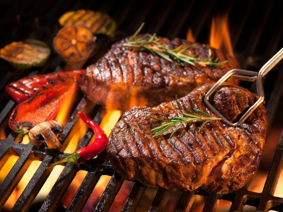 - Бъдете майстор на скара Избягвайте да въртите месото често на скара – едно завъртане е достатъчно, в противен случай рискувате да изсушите месото.