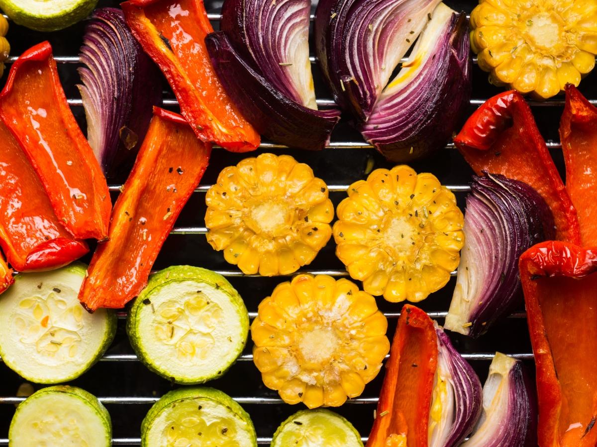 Не омаловажавайте гарнитурата<br /> Звездата на барбекюто е скарата, но останалите ястия също са важни – особено ако някои от гостите ви не ядат месо. Възползвайте се от изобилието от зеленчуци и плодове през сезона.