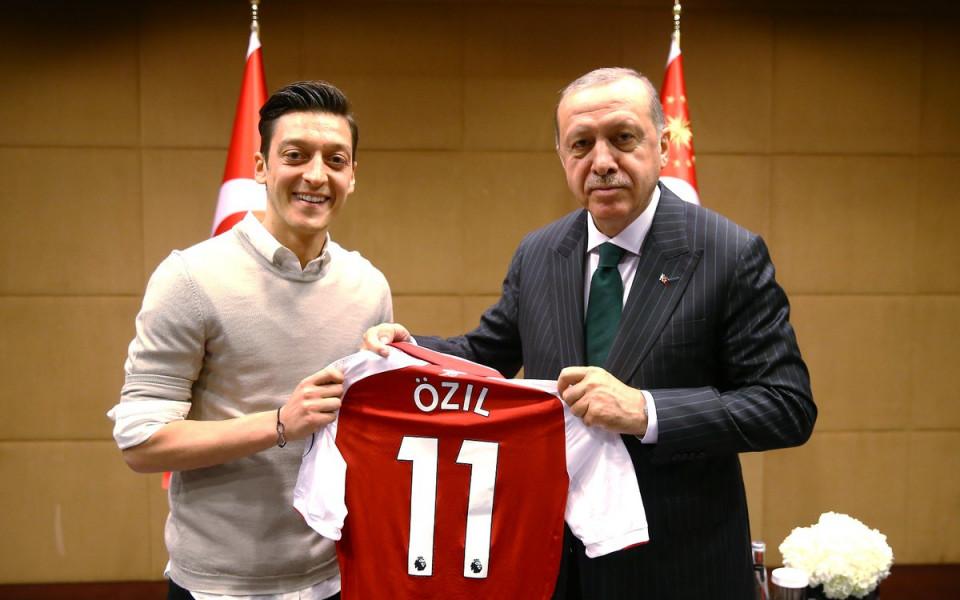 Турски политици поздравяват Йозил за оттеглянето му