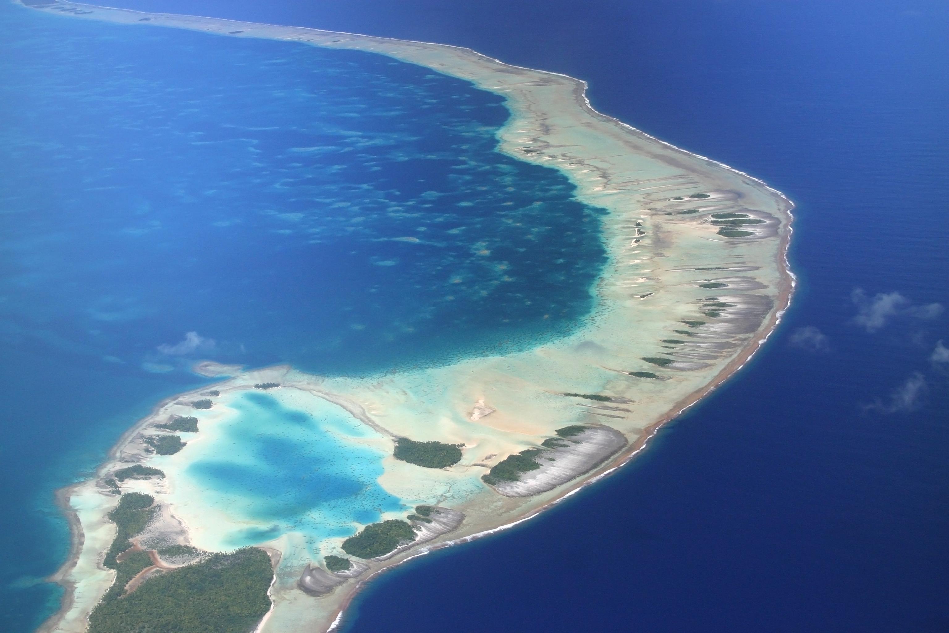 """Рангироа<br /> Едно от най-мечтаните и спиращи дъха места за почивка<br /> Архипелагът Туамоту се намира на 400 км. от малката островна държава Таити и е едно от най-изолираните места в света. Рангироа означава """"огромно небе"""" и е вторият най-голям атол в света. Приливът пълни лагуната на всеки шест часа и носи със себе си милиони дребни риби, храна за големите хищници. Някои от представителите на морската фауна са тигрова акула, рифова акула, дружелюбни делфини и стотици видове разноцветни риби. Приказният атол може да се обиколи и с лодка из кораловата лагуна."""
