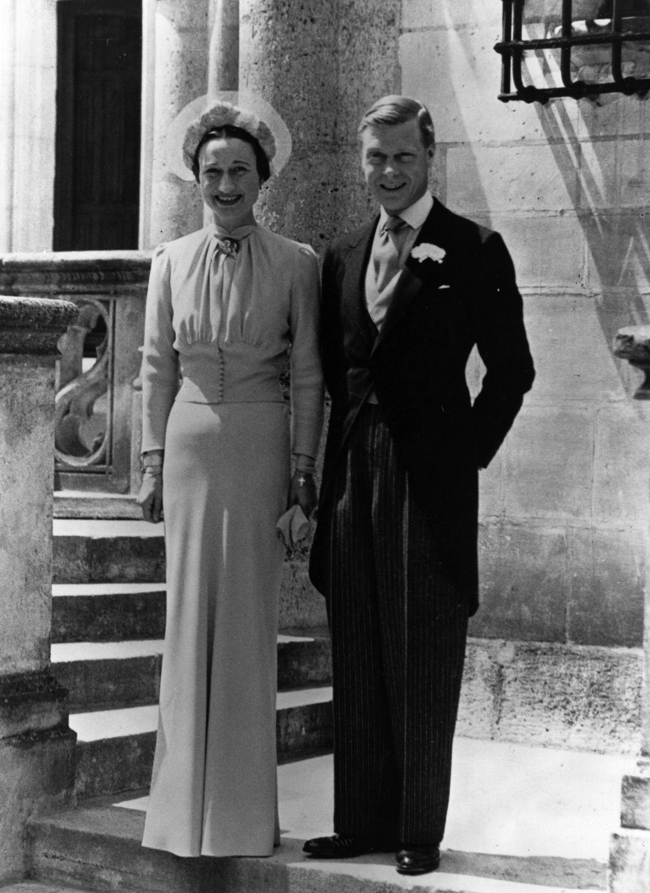 Тя се запознава с Ърнест Алдрик Симпсън - заможен мъж. През 1928 г. се женят. Младата двойка се мести в Лондон. Социалният им живот е препълнен от различни събития и шумни партита. Именно в Лондон става първата среща между Уолис и младия красив принц Едуард - престолонаследникът. Уолис се среща сТелма Фърнес, сестра на близка приятелка на Симпсън. Телма е една от любовниците на Едуард по това време, при това омъжена.
