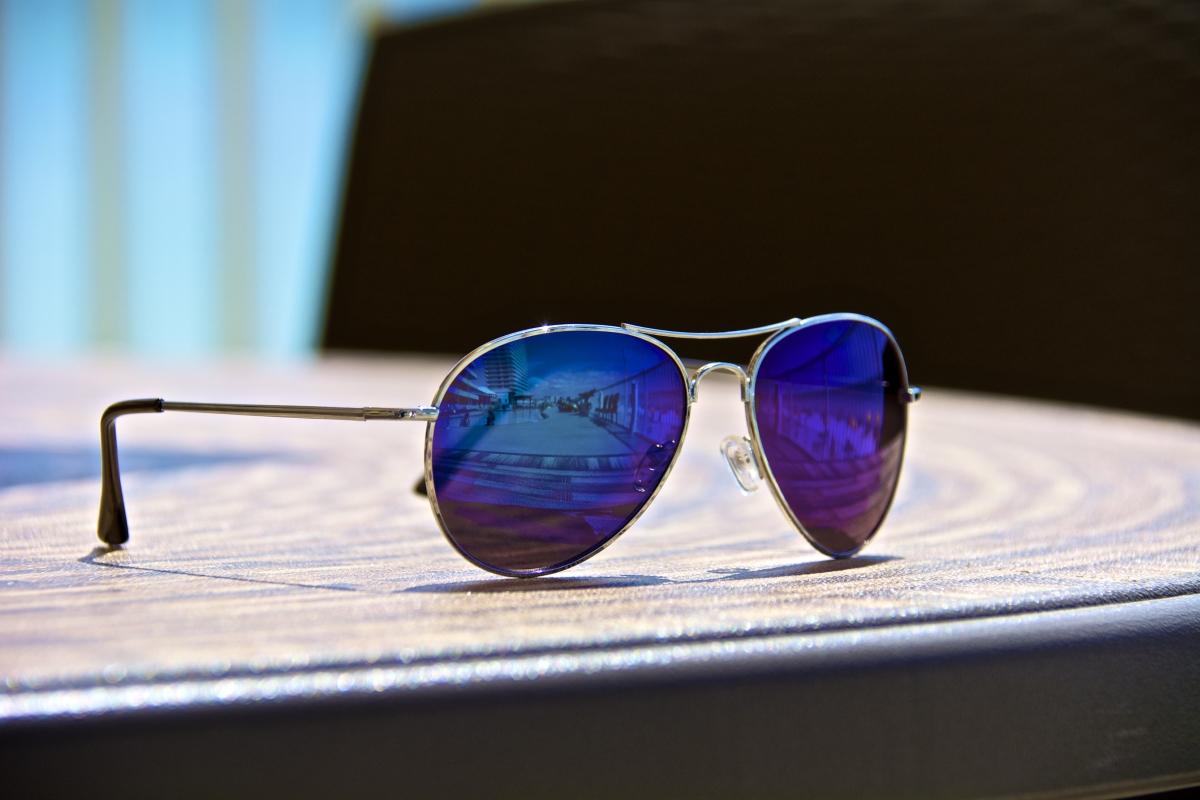 Авиаторските очила. В първите години на демокрацията вероятно чичо ви, сложил тези очила и далечно наподобяващ Лоренцо Ламас е успявал да разтупти множество сърца. Само че мястото на тези очила си остава 90-те години на миналия век.
