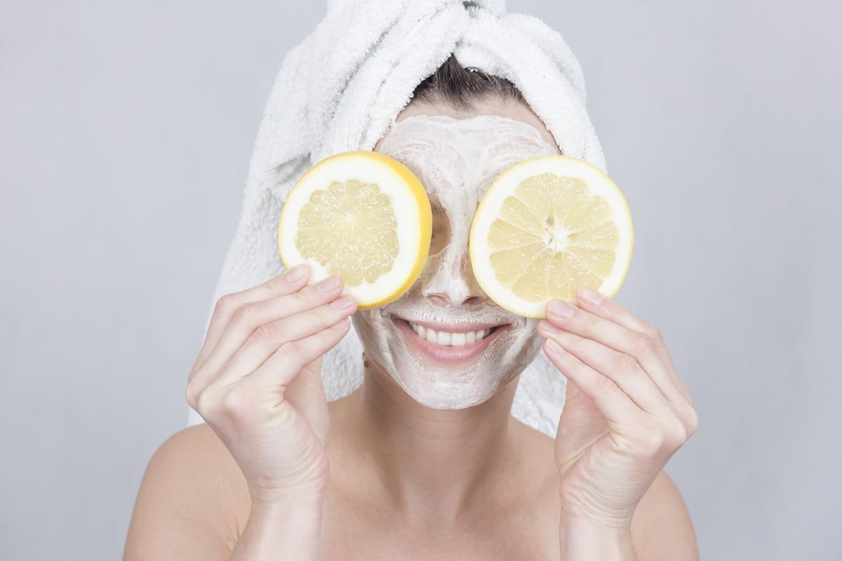 Домашните маски с лимон са полезни за кожата. Можете да добавите няколко капки лимонов сок към маската с хума или яйце, например.