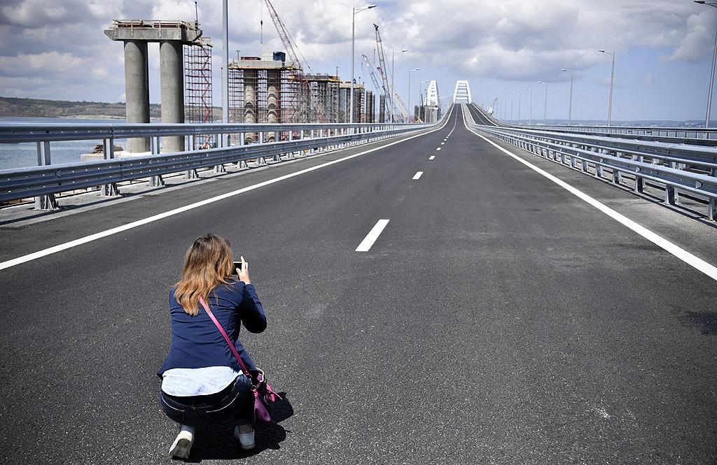 Изграждането на 19-километровия мост, най-дългият в Русия, е в ход от февруари 2016 г. По него могат да минават до 40 000 автомобила и 47 влака на ден, с 14 милиона пътници и 13 милиона тона товари на година.