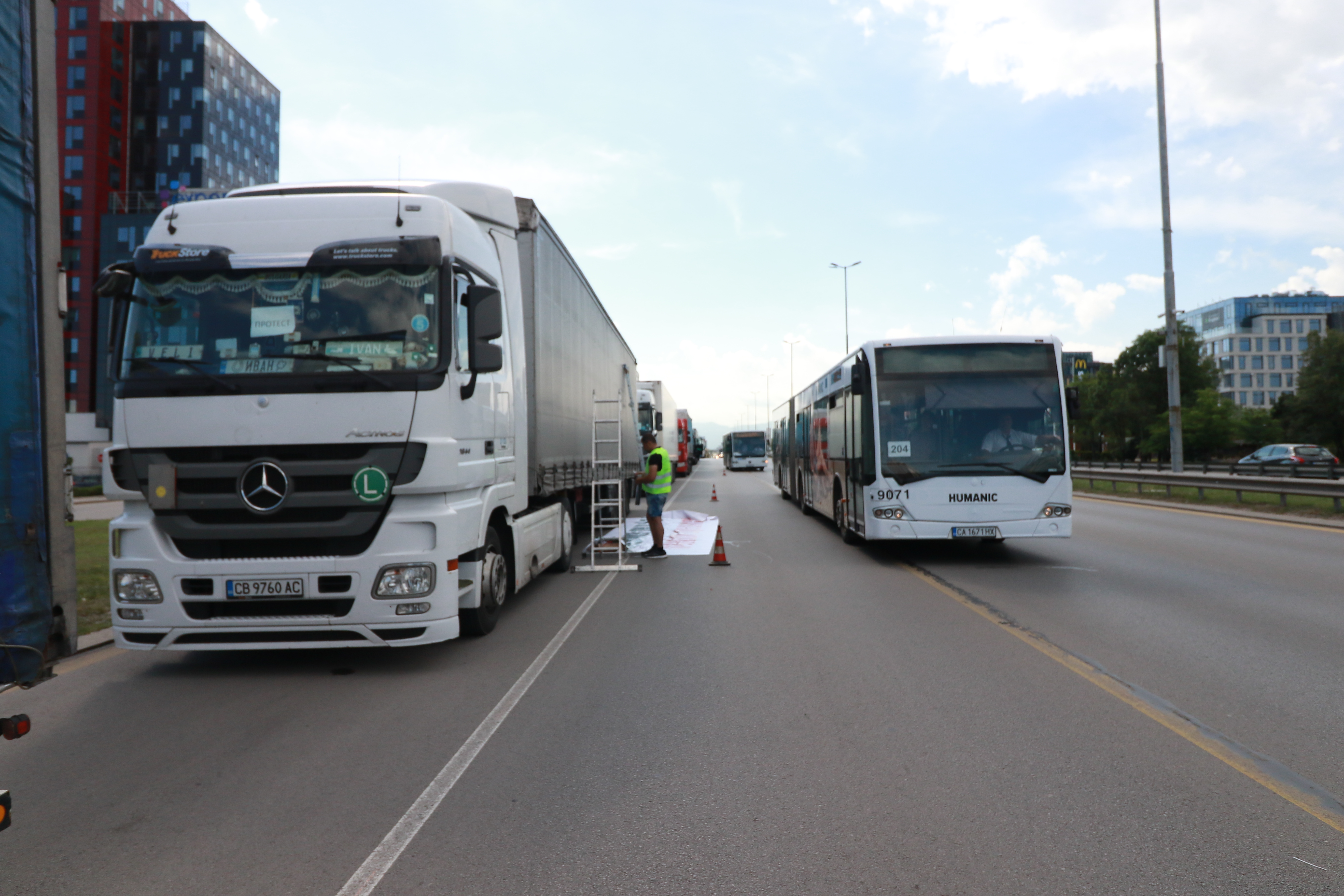 """С лозунги """"Има ли място за нашия бизнес в ЕС"""", """"Европа на две скорости = на заден ход на България"""" и """"Транспортен пакет 1 и 2=Exit"""", превозвачи от цялата страна демонстрират срещу новите правила за работа в Европейския съюз."""