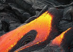 Килауеа изхвърля мощно лава и пепел