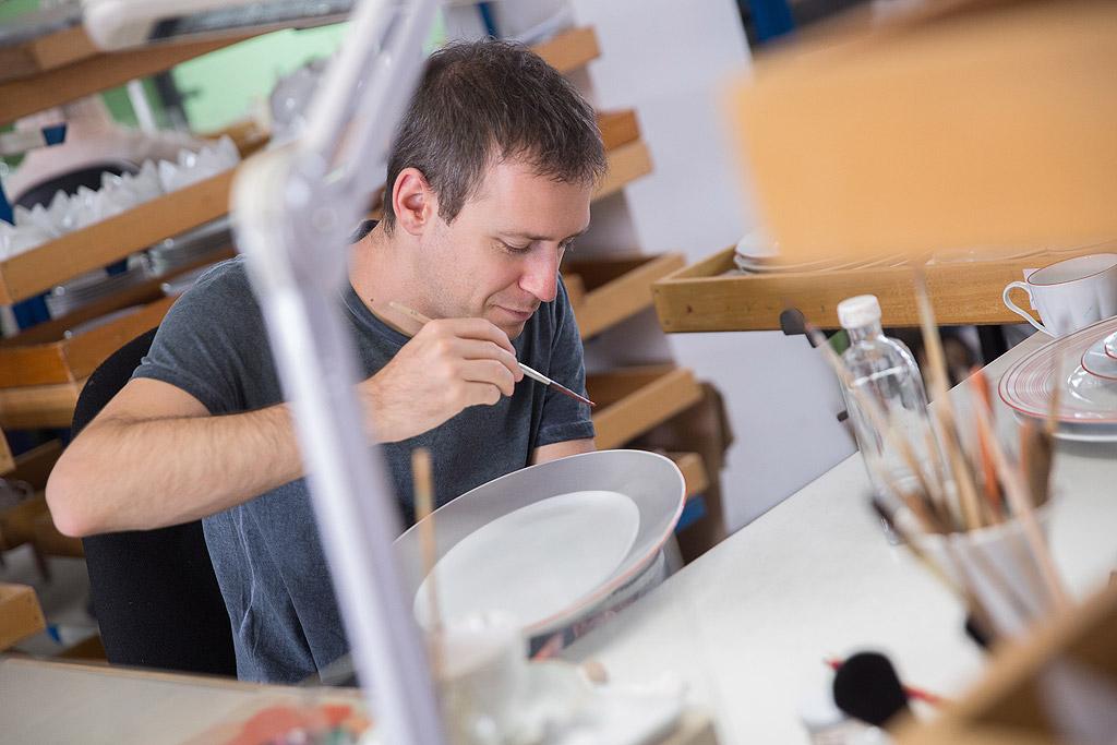 """Виенската порцеланова фабрика """"Manufactory Augarten"""" е втората фабрика за порцелан, създадена в Европа през 1718 г. и празнува 300-годишнината си през 2018 г. Всяко изделие от порцел е произведено и ръчно рисувано във Виена, Австрия. Продуктите носят печат от герба на австрийските владетели като търговска марка от 1744 година насам."""