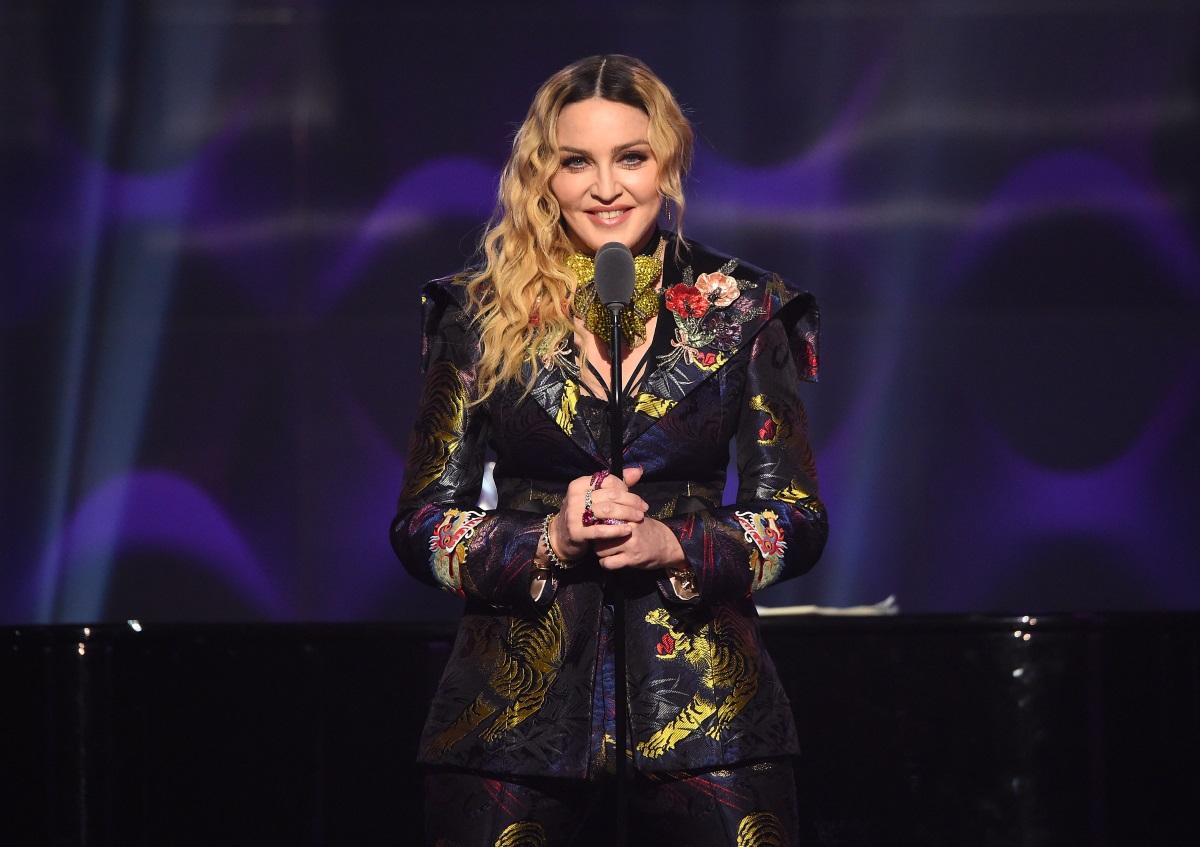 Любимите на Мадона ретро вълни и има защо.Те ви карат да изглеждате много по-млади и да придадете свежест на външния си вид.
