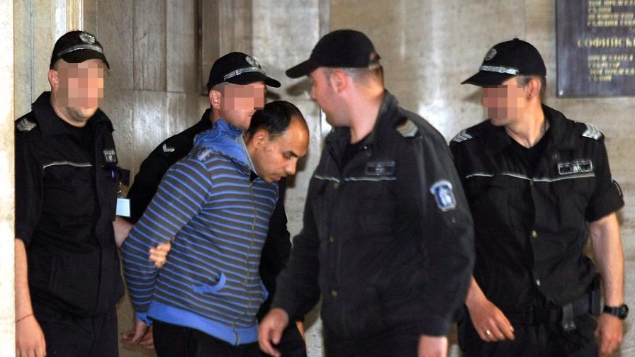Обвиненият за блудство с ученички остава в ареста