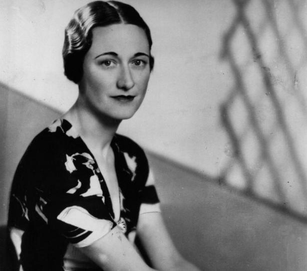 <p><strong>Когато крал Едуард се отказва от трона заради любов</strong></p>  <p>Едуард VIII се качва на трона през 1936 г., но се отказа от него година по-късно, за да може да се ожени за Уолис Симпсън. Американската актриса е развеждана два пъти и когато Едуард отправя предложение за брак, то предизвиква социален и политически отзвук. Тъй като английската църква му забранява да се жени за разведена жена, кралят е принуден да абдикира. Този огромен кралски скандал изцяло променя линията за наследяване на короната, като в крайна е определящо за 10-годишната тогава принцеса Елизабет. Като по-голямата от двете дъщери на брата на Едуард &ndash; Джордж VI, който заема трона, на нея ѝ предстои да стане кралица.</p>