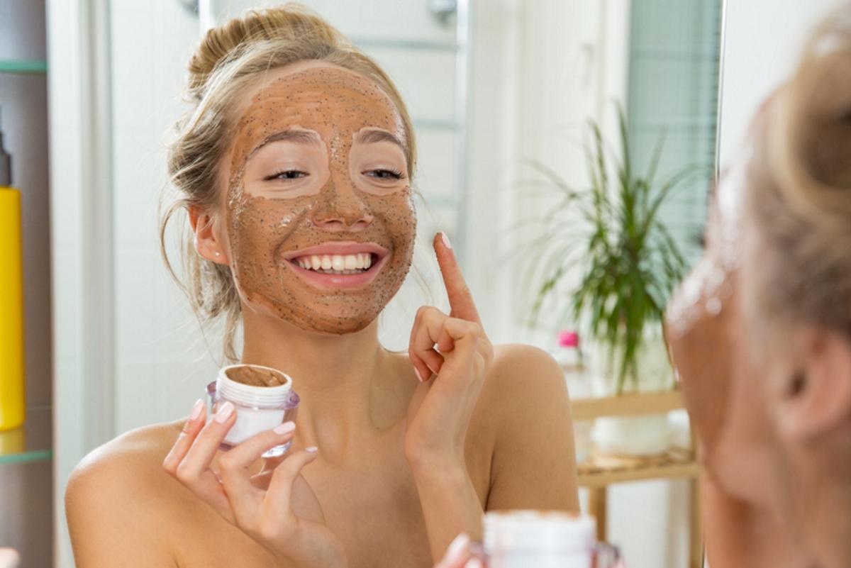 Можете да направите ексфолиант за лице. Смесете утайката от кафе с белтък и мед. Тази маска има стягащ за кожата ефект.