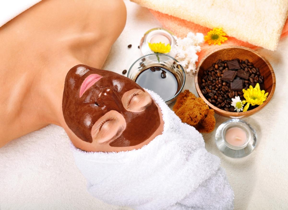 Кафето може да се използва и като маска за лице. Смесете утайката от сутрешното кафе с две лъжици йогурт, намажете се и оставете маската за около 15 минути.