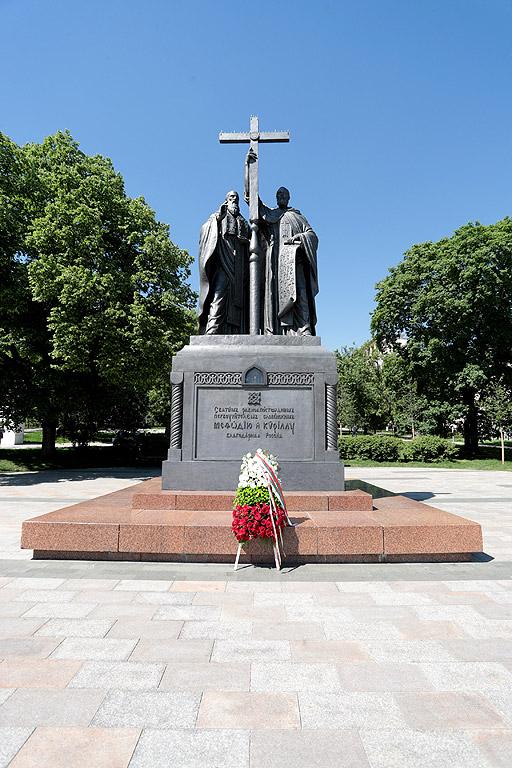 Държавният глава Румен Радев положи венци пред Паметника на Св. св. Кирил и Методий и Паметника на Героите от Плевенската епопея в Руско-турската освободителна война в Москва.