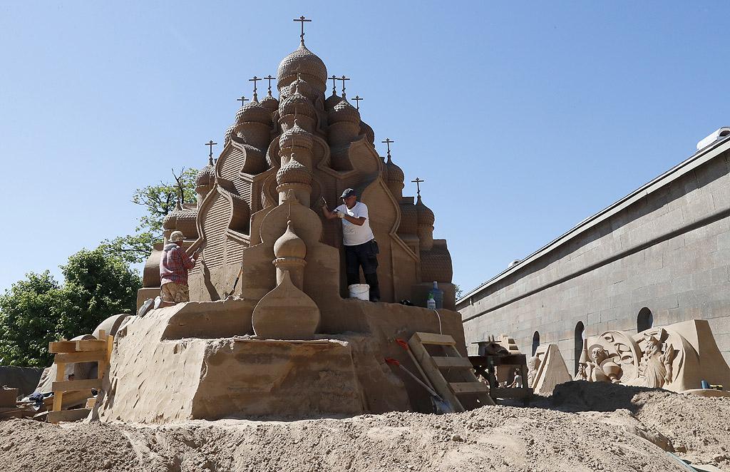 """Фестивал на пясъчните скулптури """"Световни шедьоври"""" в Санкт Петербург, Русия. Фестивалните фигури включват такива световни културни паметници като Миланската катедрала, пирамидата на Маите, Колосът на Родос, египетския сфинкс, статуите на Рамзес II, Петър Велики, църквата Преображение в Карелия и др."""