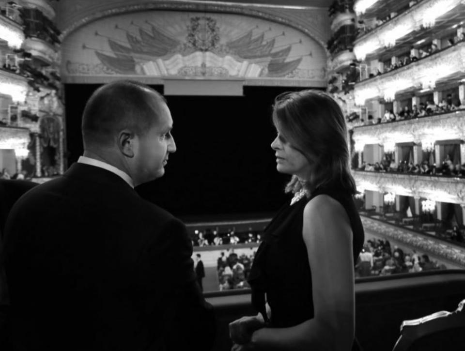 Президентската двойка беше на посещение в Москва. Двамата присъстваха на представление на Софийската опера в Болошой театър.