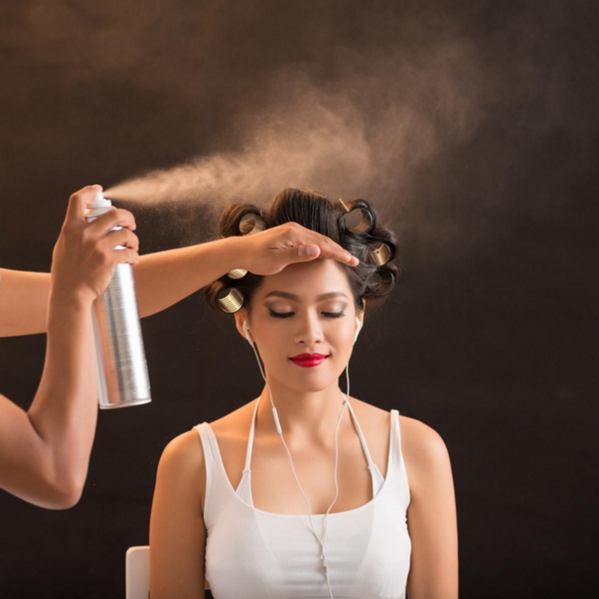 Пропилен гликол. Съдържа се в лаковете за коса, някои маски за коса. Може да причини дерматит, затова следете за неговото съдържание на етикетите.
