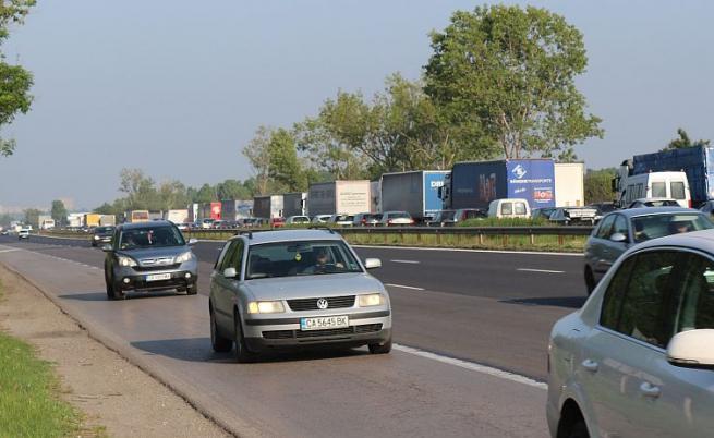 Две коли се запалиха в Бургаско, образуваха се задръствания