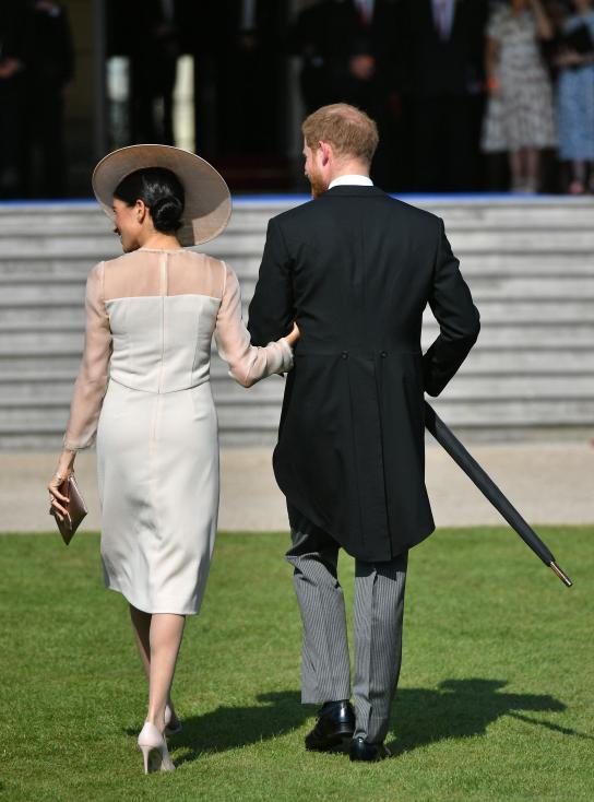 - Херцозите на Съсекс принц Хари и Меган Маркъл направиха своята първа официална публична поява след сватбата им. Това станана градинско парти в...
