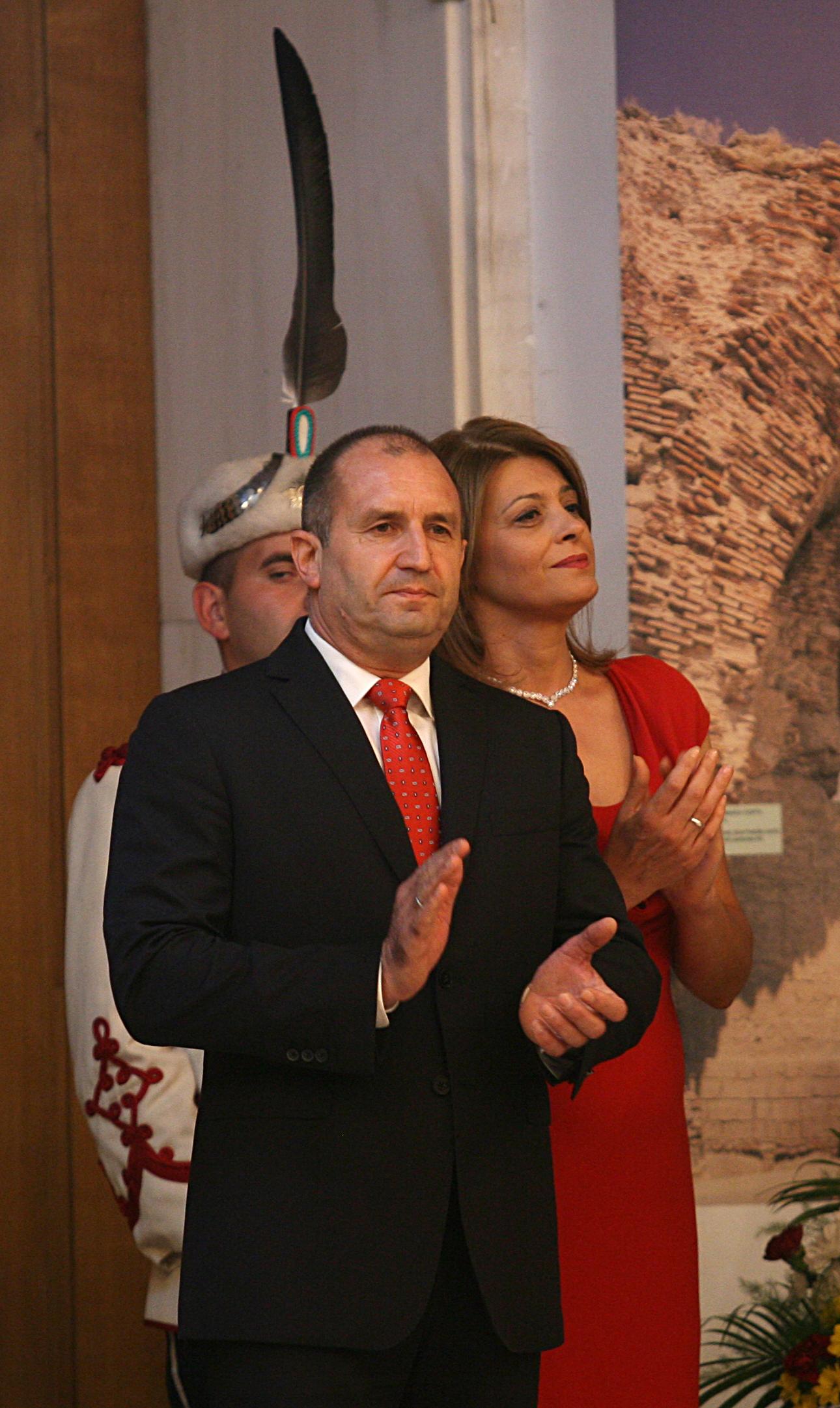 Президентът Радев също бе облечен в стилен черен костюм и червена вратовръзка в тон с роклята на първата дама.