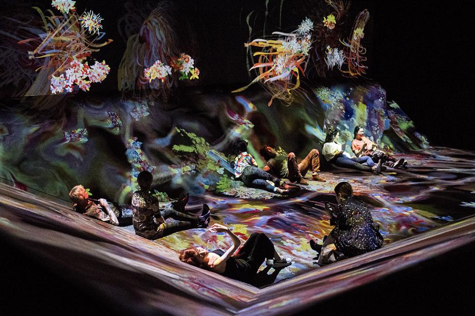 """- Хората гледат дигитални произведения на изкуството като част от инсталацията """"au-delaa des limites"""" (отвъд границите) от японската група teamLab в..."""